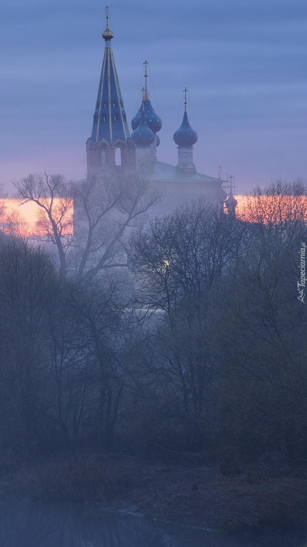 Cerkiew w porannej mgle