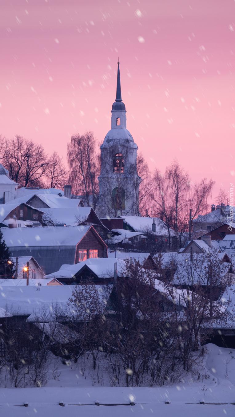 Cerkiew w środku miasta zimą
