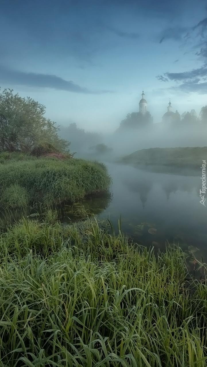 Cerkiew we mgle nad rzeką