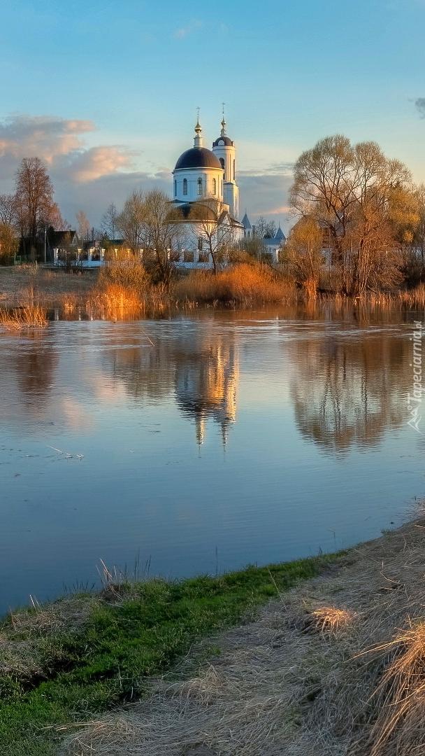 Cerkiew wśród jesiennych drzew