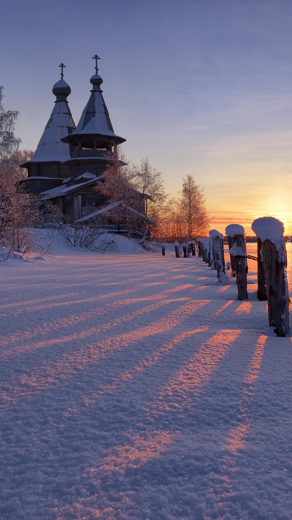 Cerkiew zimą o wschodzie słońca