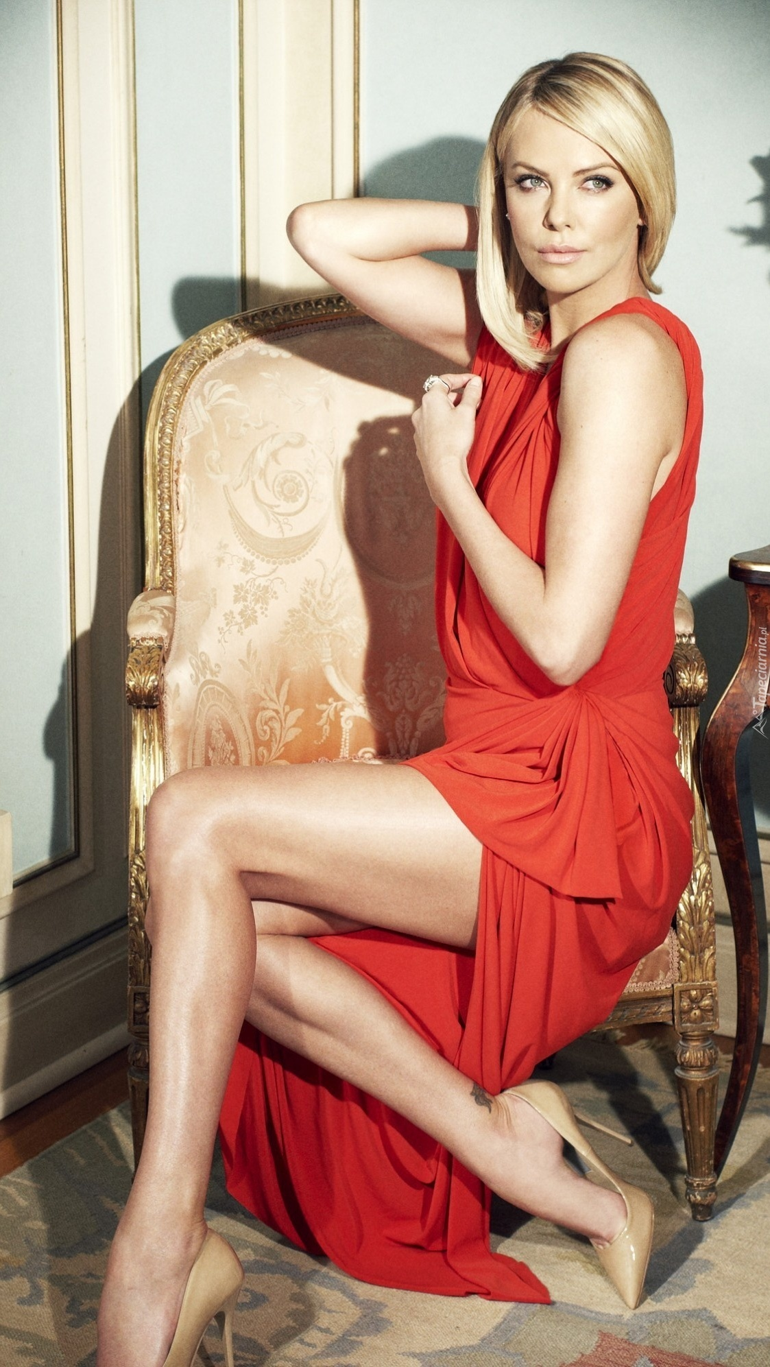 Charlize Theron na fotelu