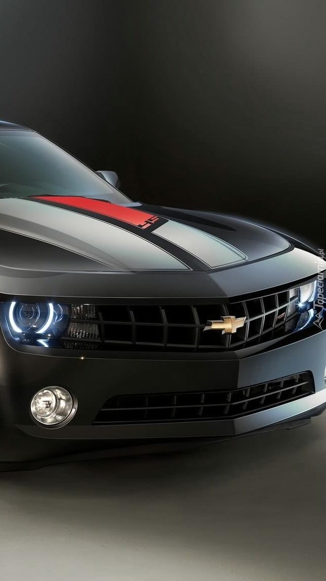 Chevrolet Camaro na ciemnym tle