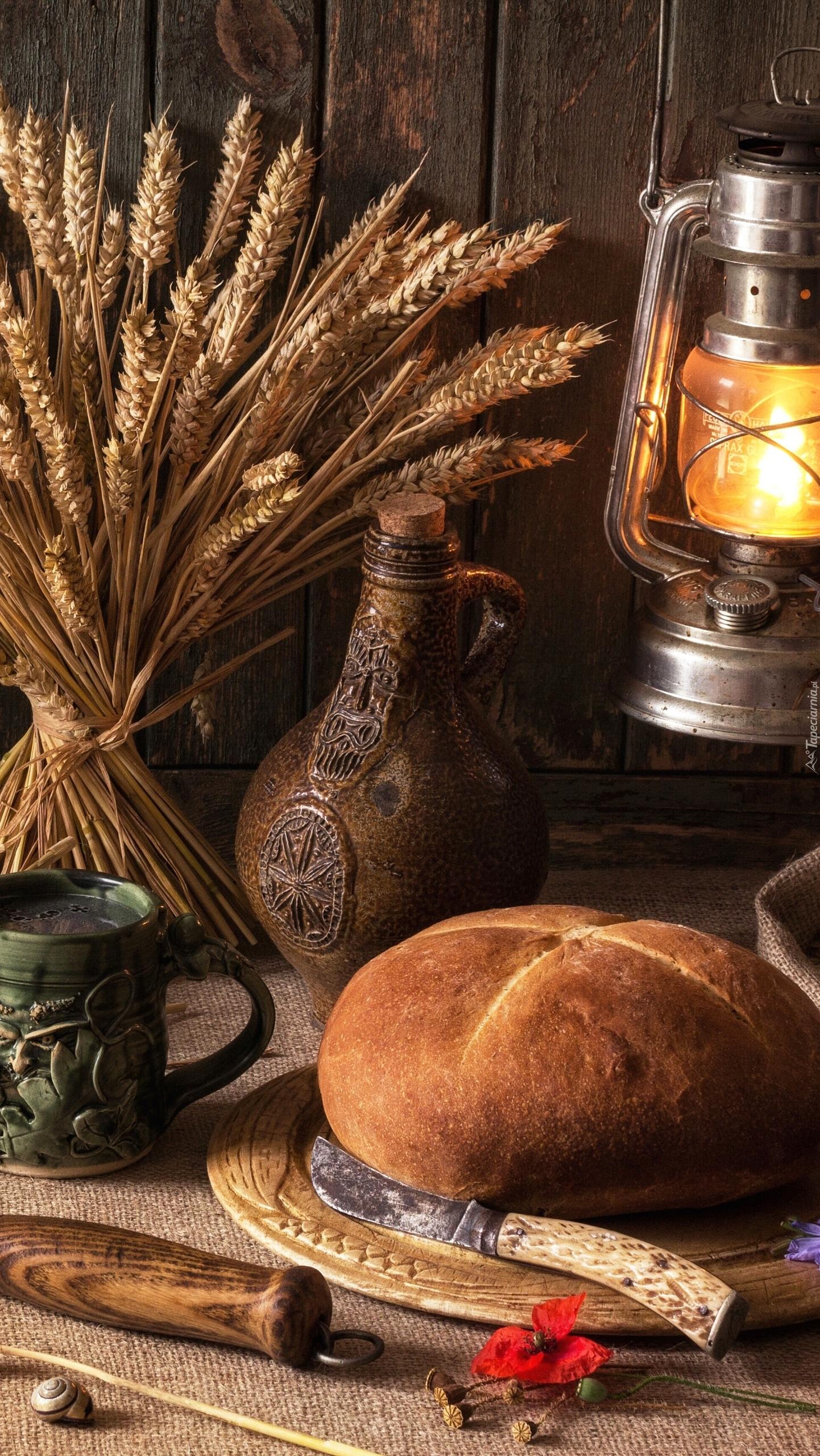 Chleb obok kłosów zboża
