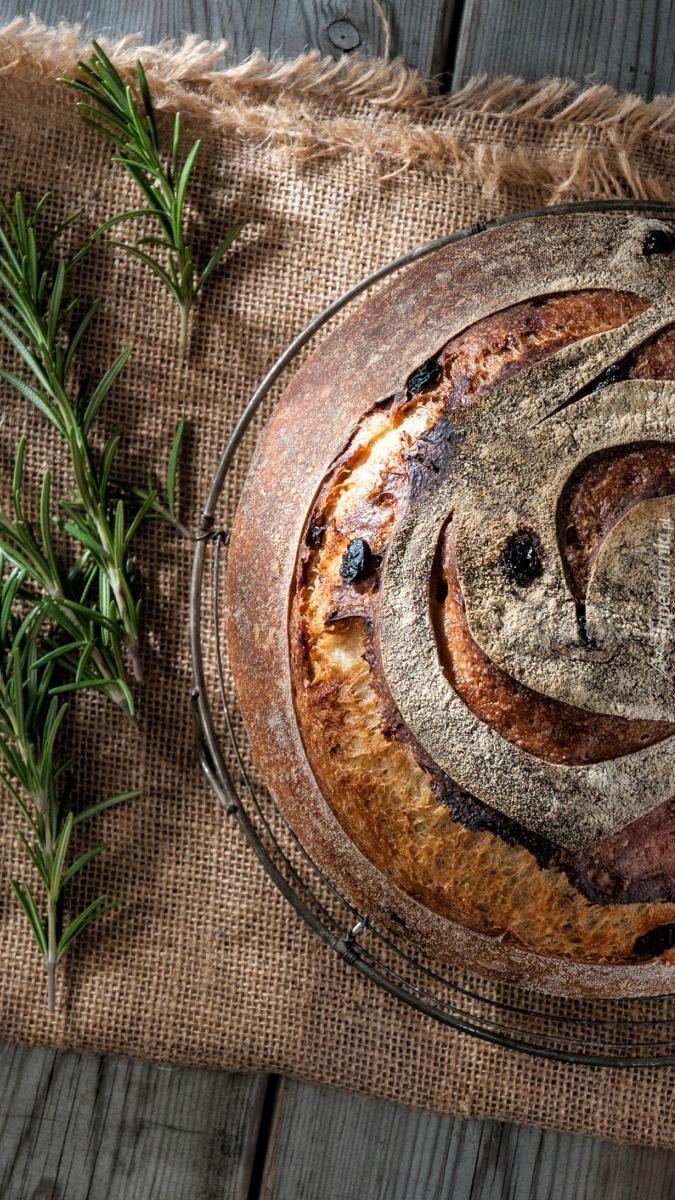 Chleb obok rozmarynu