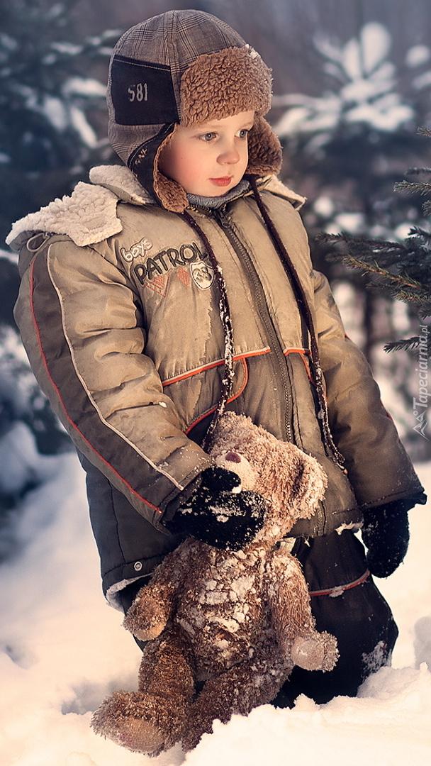 Chłopczyk z pluszowym misiem