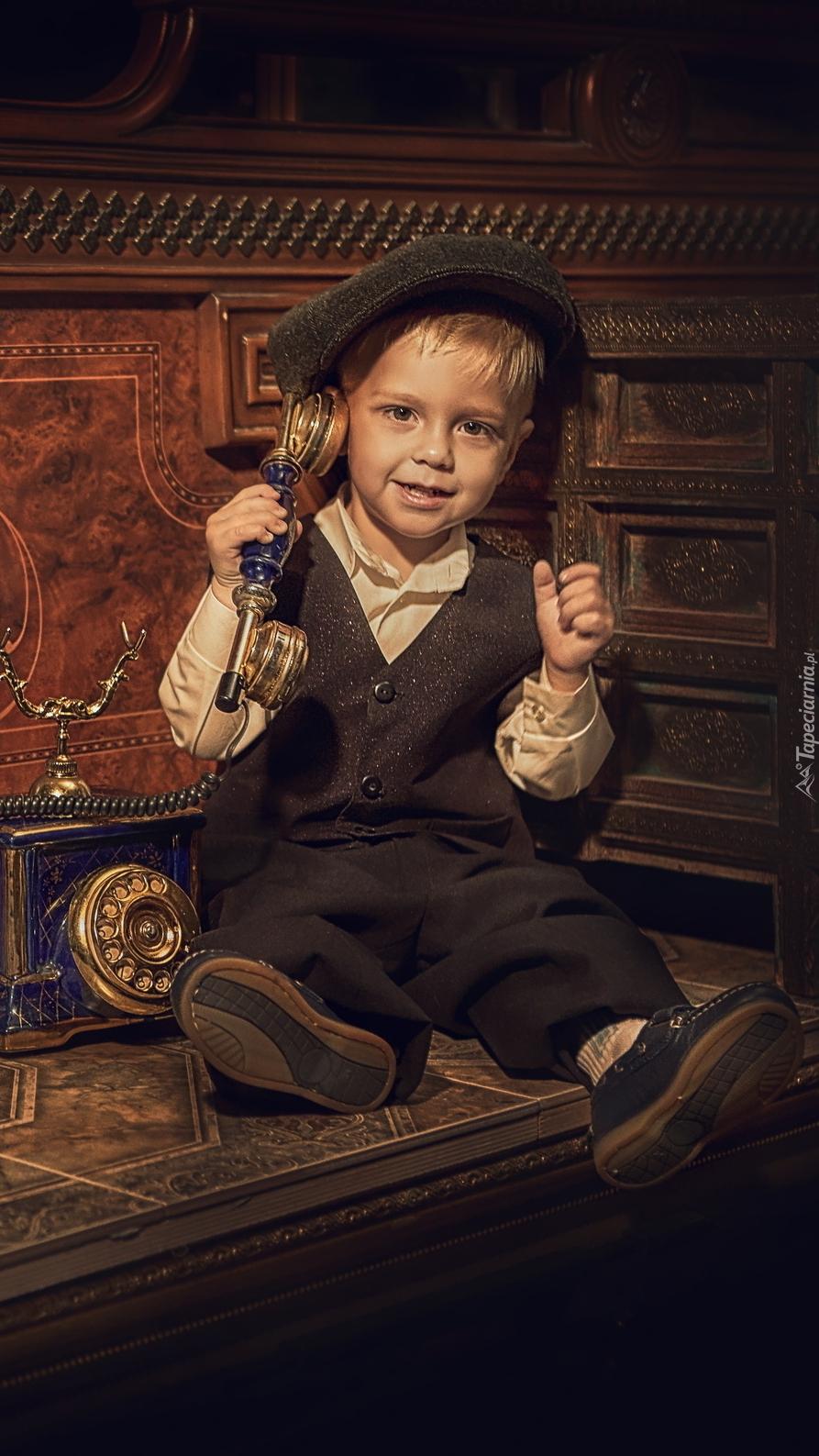 Chłopczyk ze starym telefonem