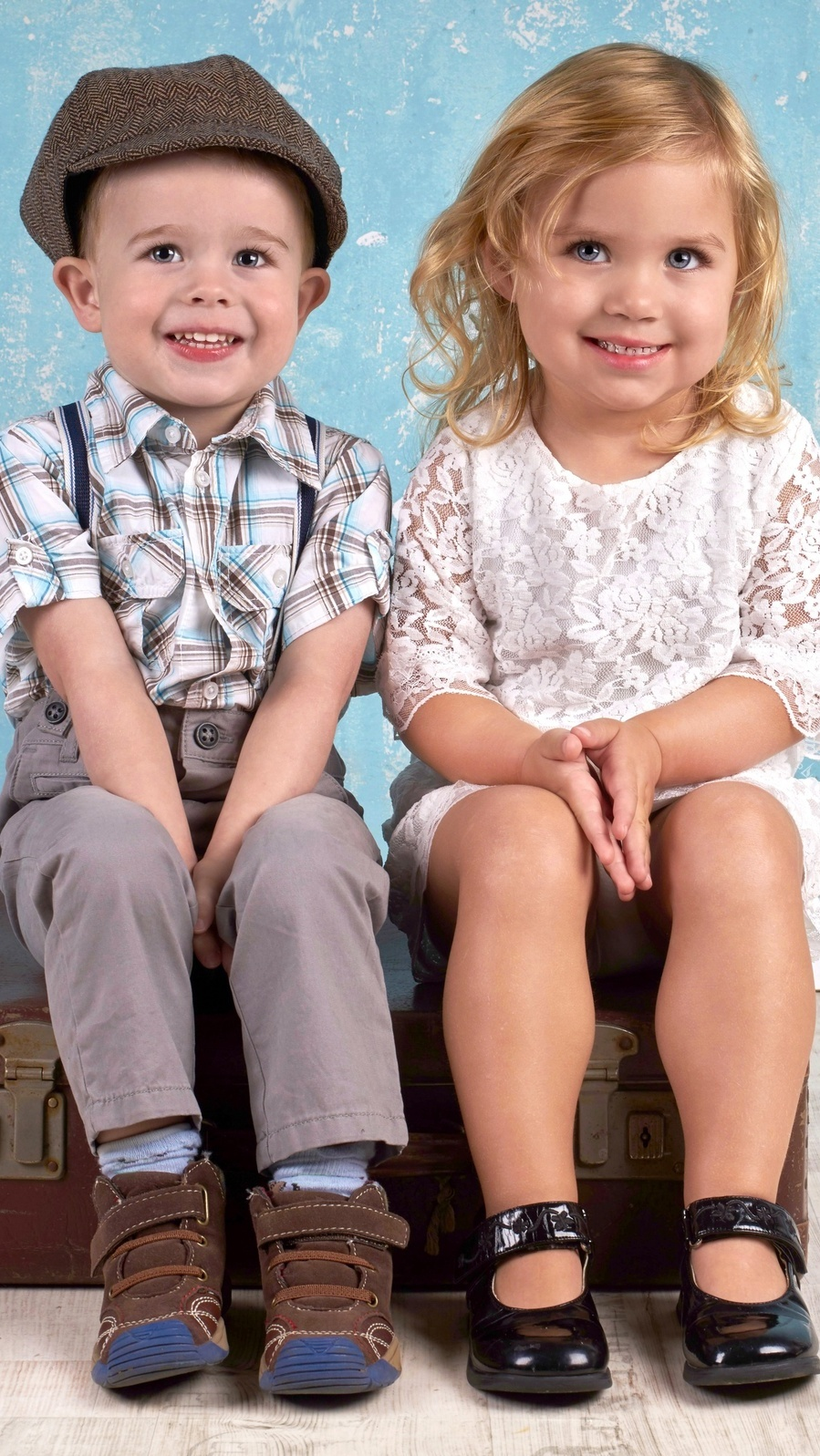 Chłopiec i dziewczynka na walizce