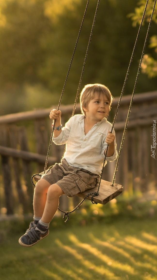 Chłopiec na huśtawce