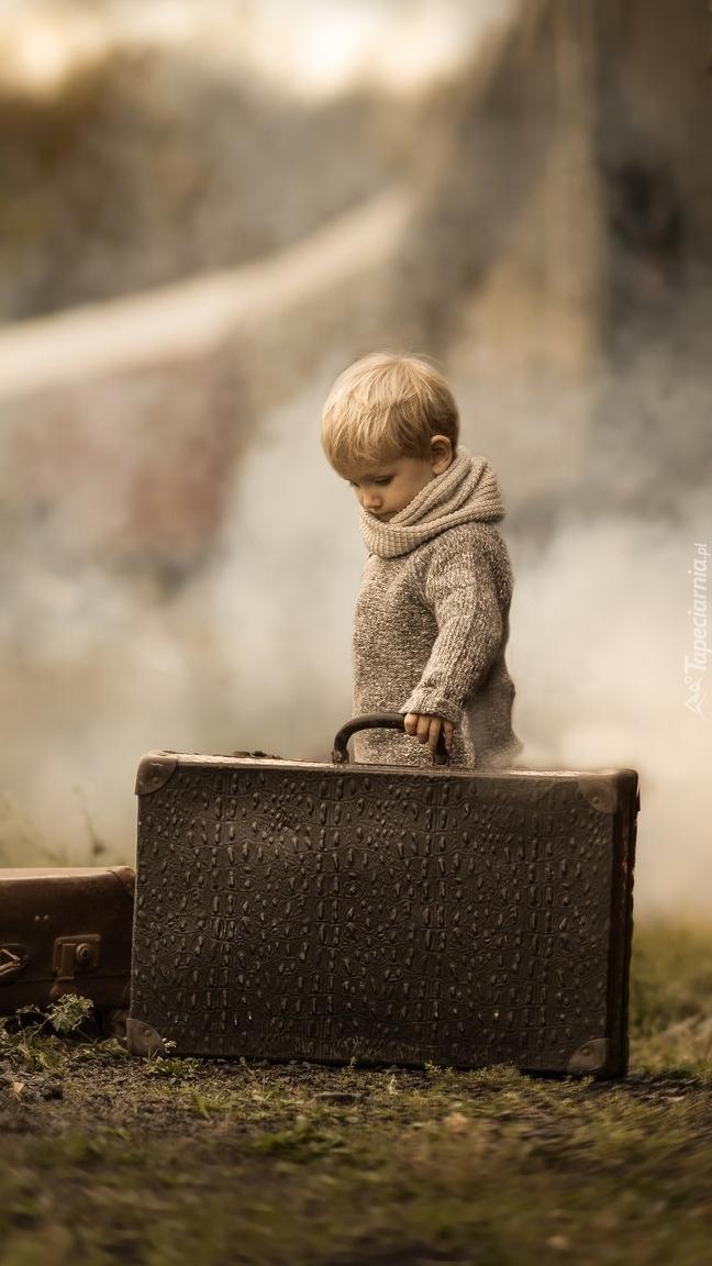 Chłopiec z dużą walizką