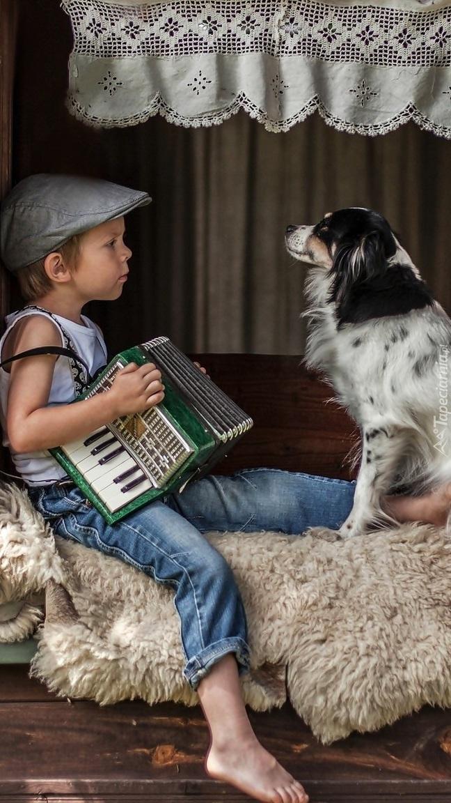 Chłopiec z psem i akordeonem