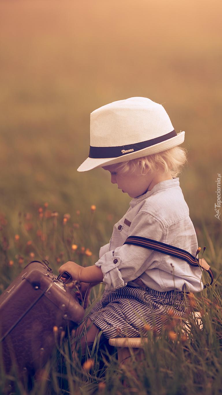 Chłopiec z walizką