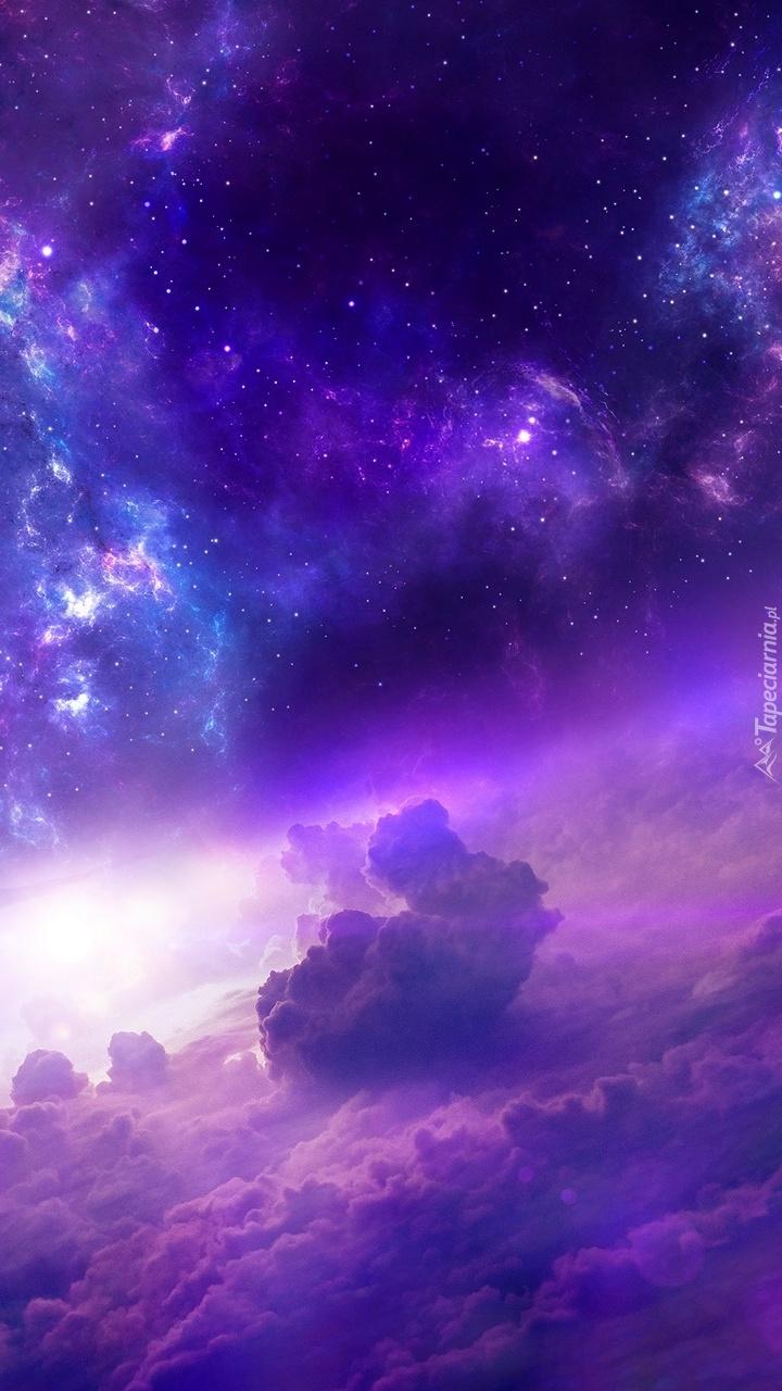 Chmury na nocnym niebie