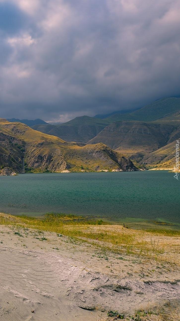 Chmury nad górami i jeziorem
