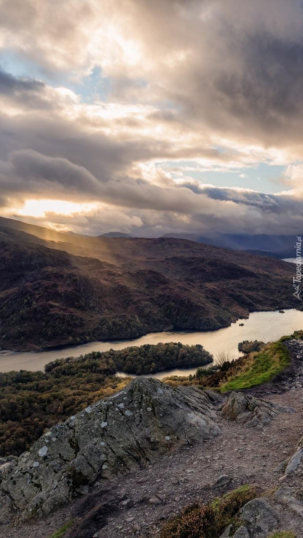 Chmury nad jeziorem Loch Lomond