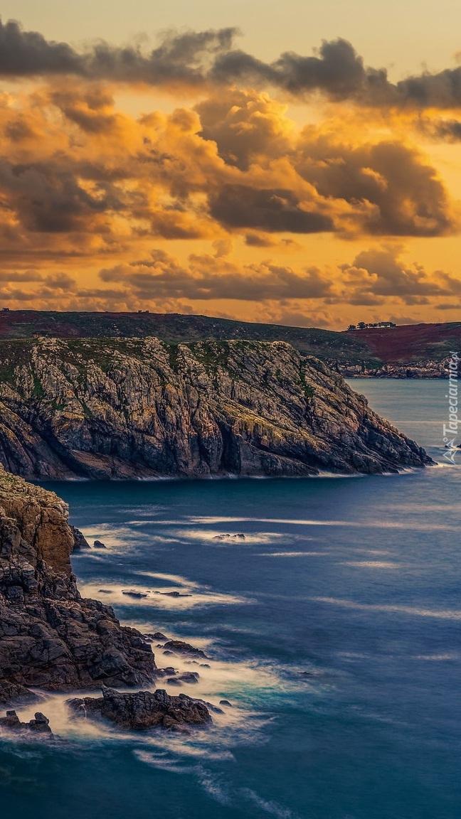 Chmury nad skalistym wybrzeżem Bretanii