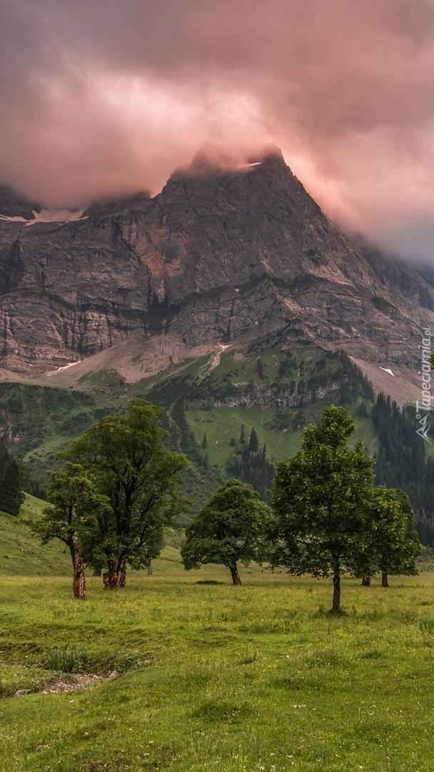 Chmury nad szczytem góry