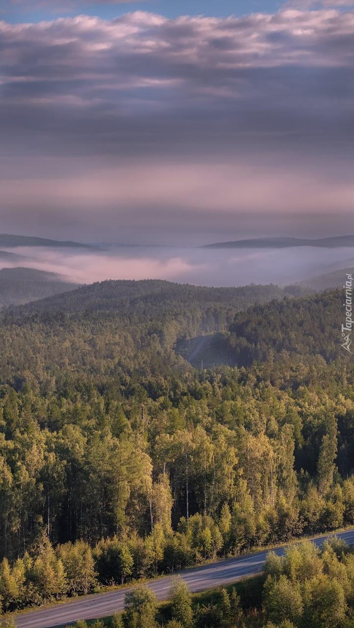 Chmury nad zalesionymi wzgórzami