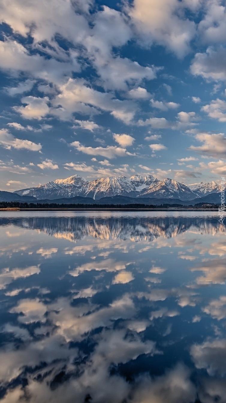 Chmury odbijające się w górskim jeziorze