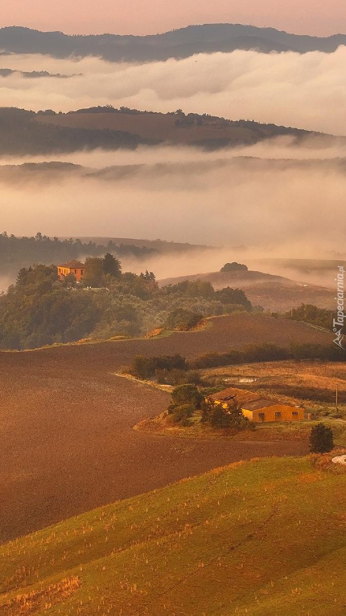Chmury rozciągają się nad wzgórzami Toskanii