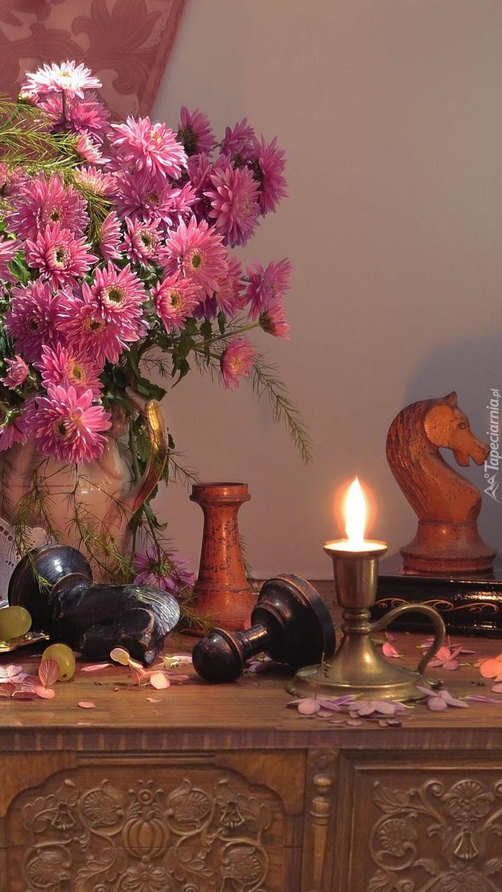 Chryzantemy obok zapalonej świecy