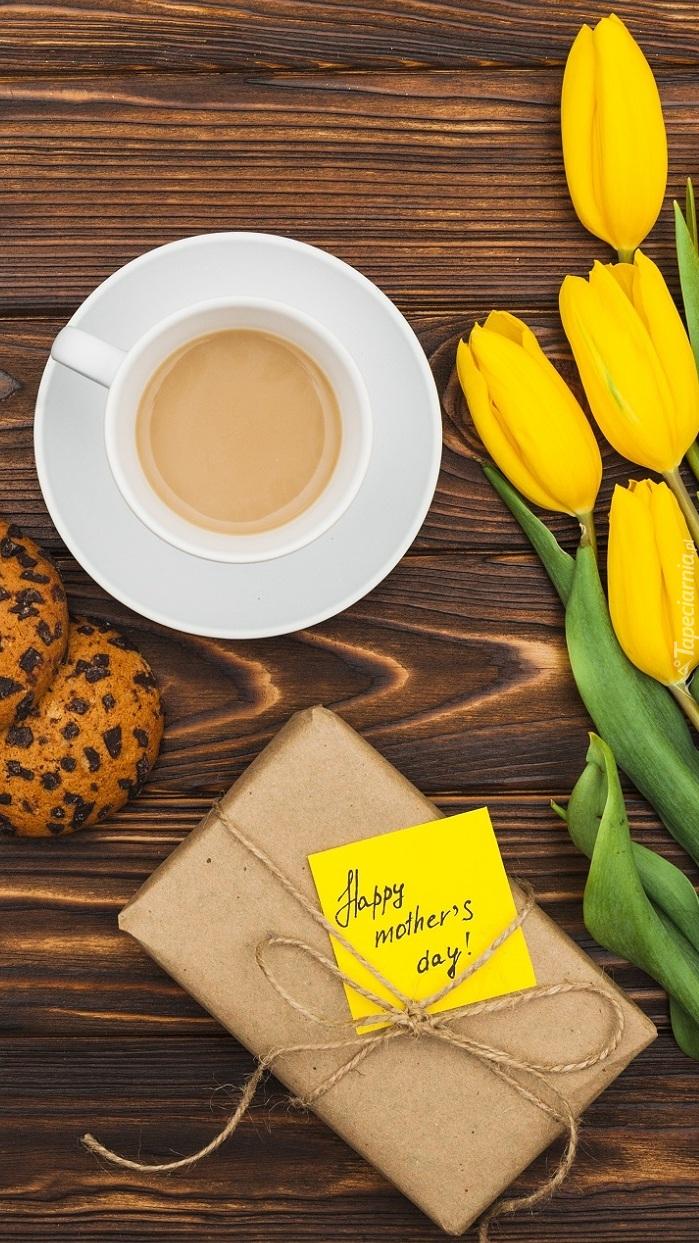 Ciasteczka do kawy obok prezentu i tulipanów dla mamy