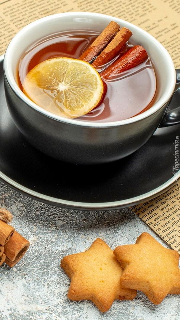 Ciasteczka obok herbaty w filiżance