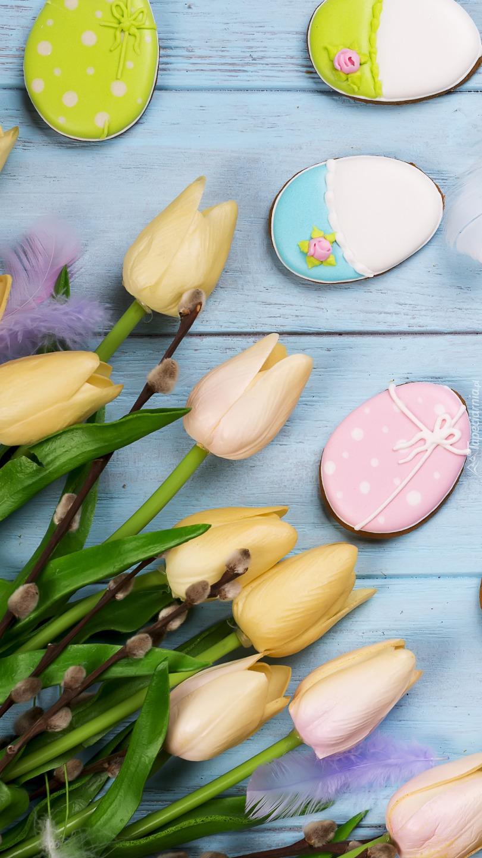 Ciasteczkowe pisanki obok tulipanów