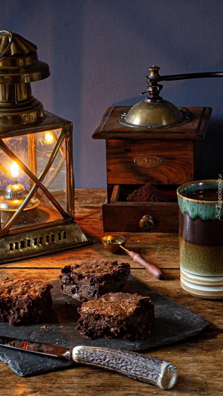 Ciasto obok lampy i młynka do kawy