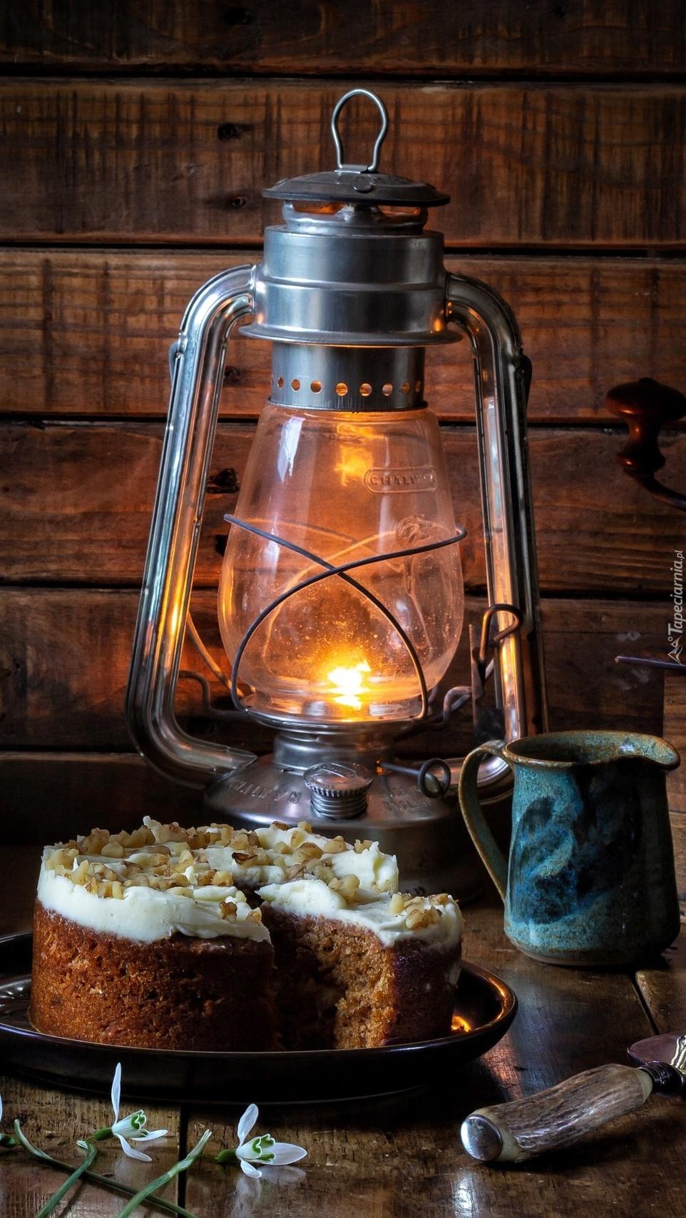 Ciasto przy lampie naftowej