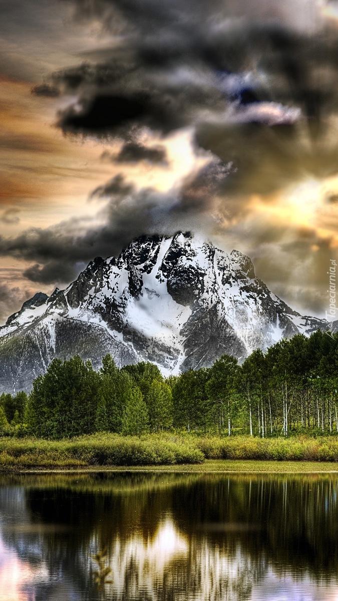 Ciemne chmury nad górami