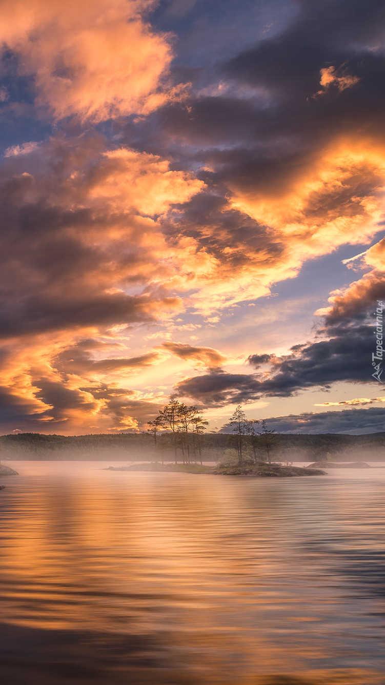 Ciemne chmury nad jeziorem