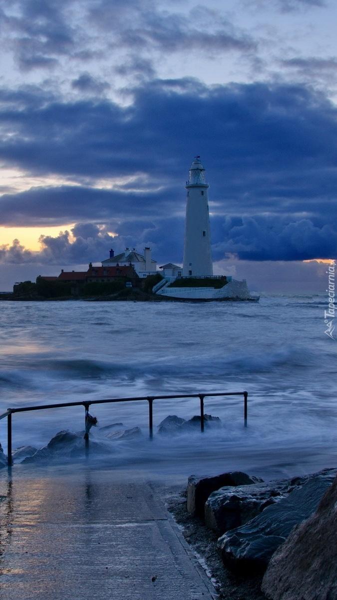 Ciemne chmury nad latarnią morską