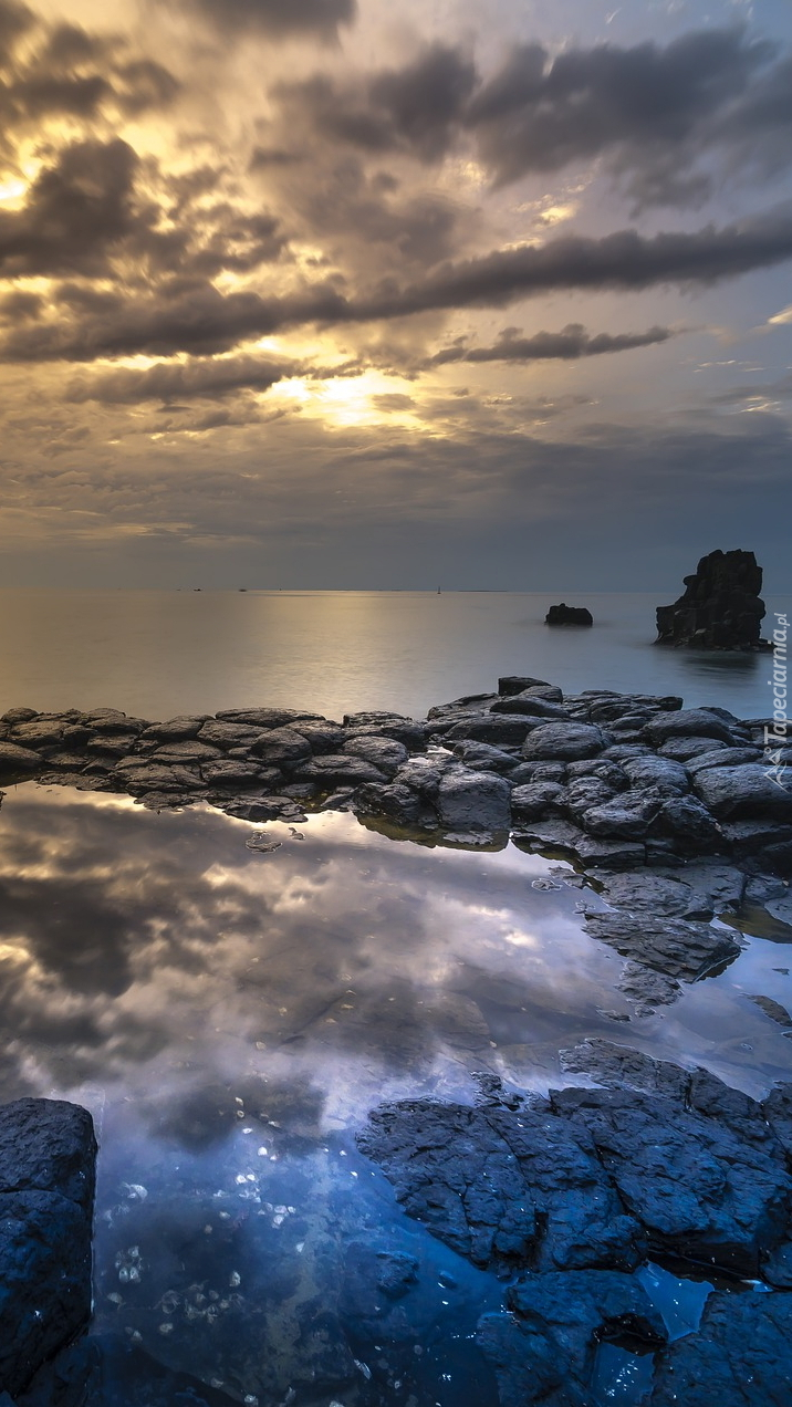 Ciemne chmury nad morzem