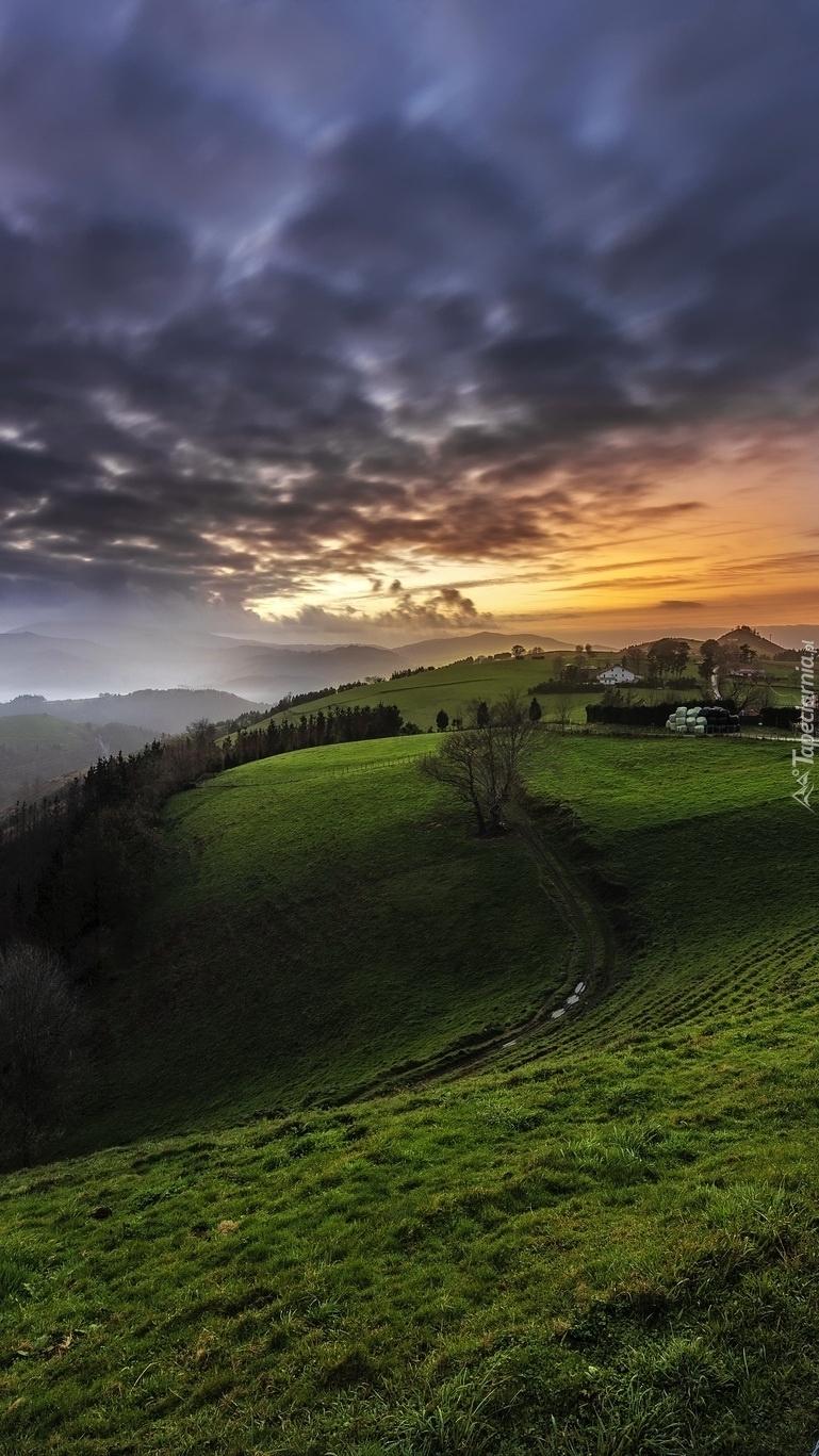 Ciemne chmury nad wzgórzami