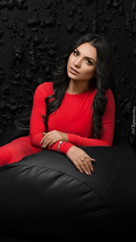 Ciemnowłosa dziewczyna w czerwonej sukience