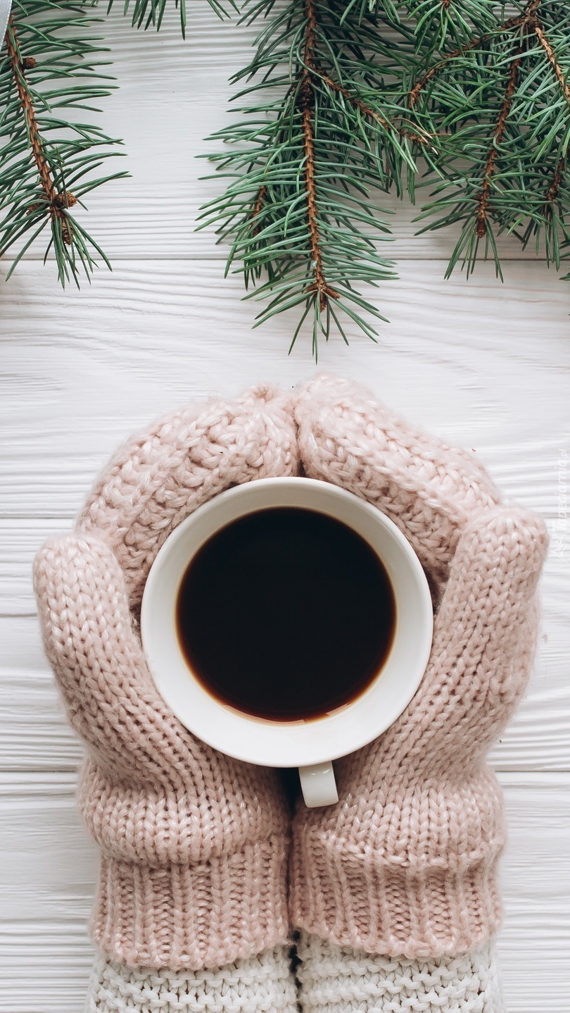 Ciepłe rękawiczki i filiżanka kawy