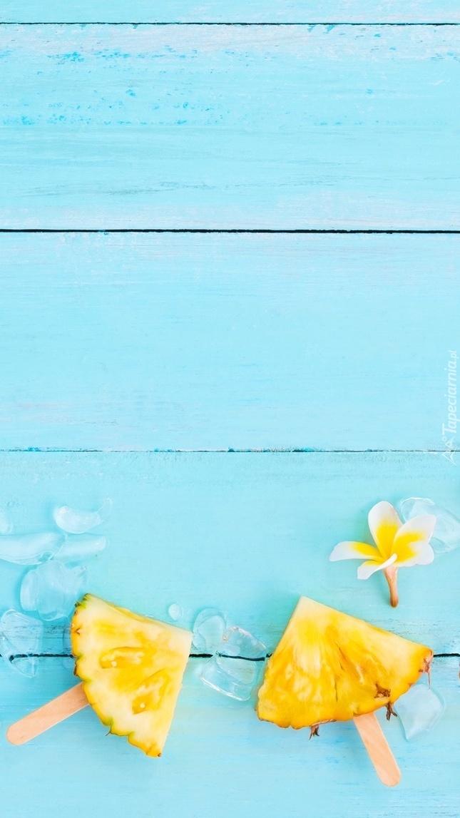 Ćwiartki ananasa na patyku