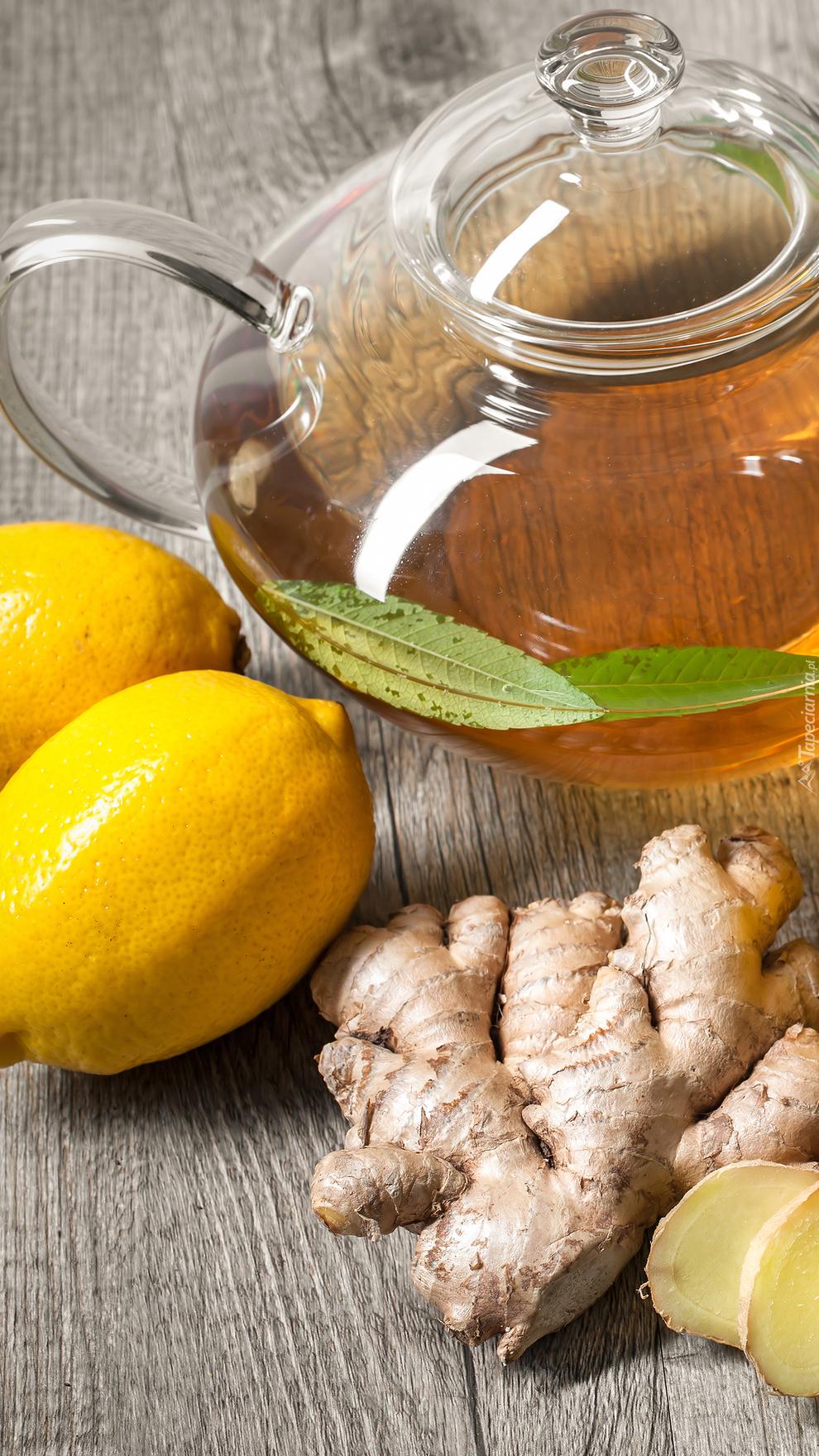Cytryna i imbir obok herbaty