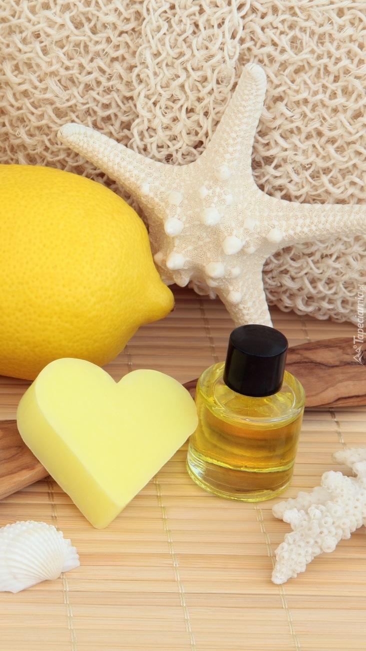Cytryna i rozgwiazda obok mydełka i olejku