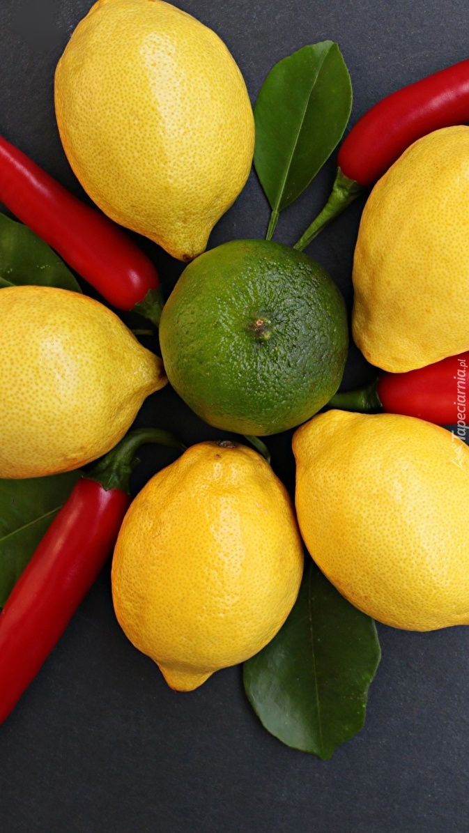 Cytryny obok papryczek chili