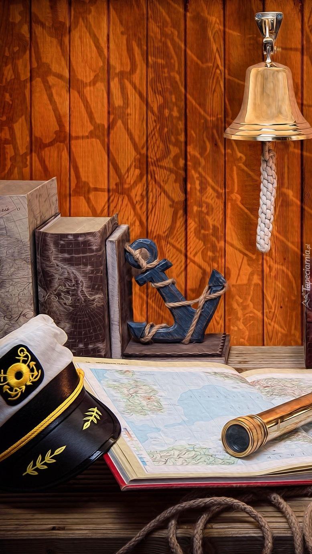 Czapka marynarza obok atlasu