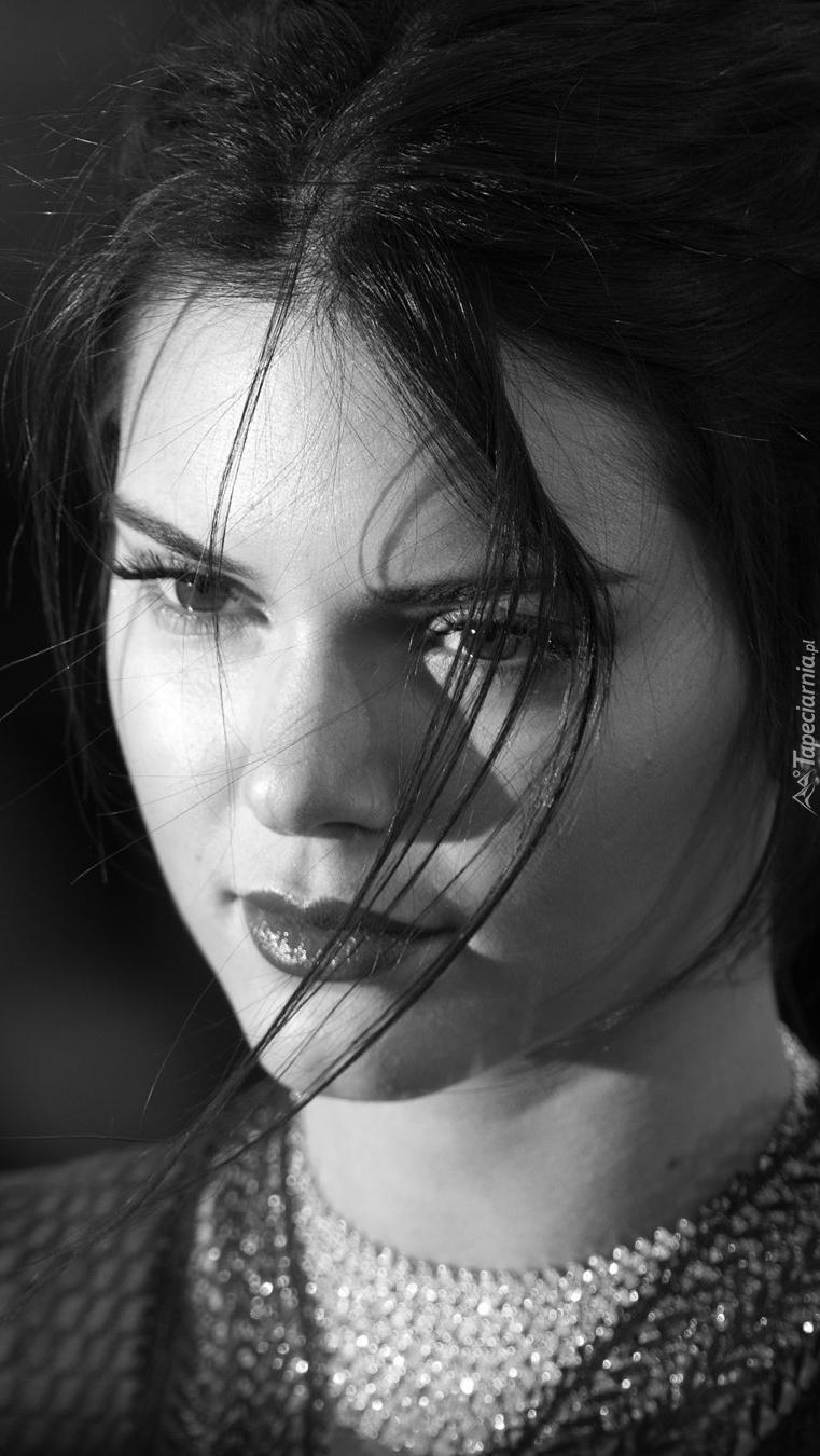 Czarno-biały portret modelki Kendall Jenner
