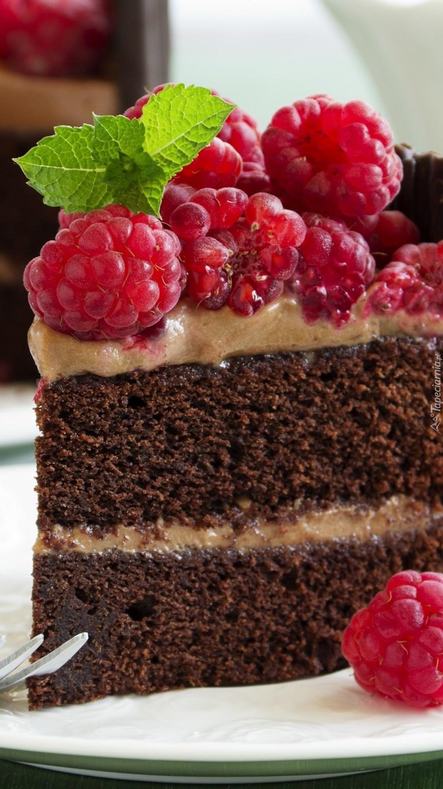 Czekoladowy tort z malinami i listkiem mięty
