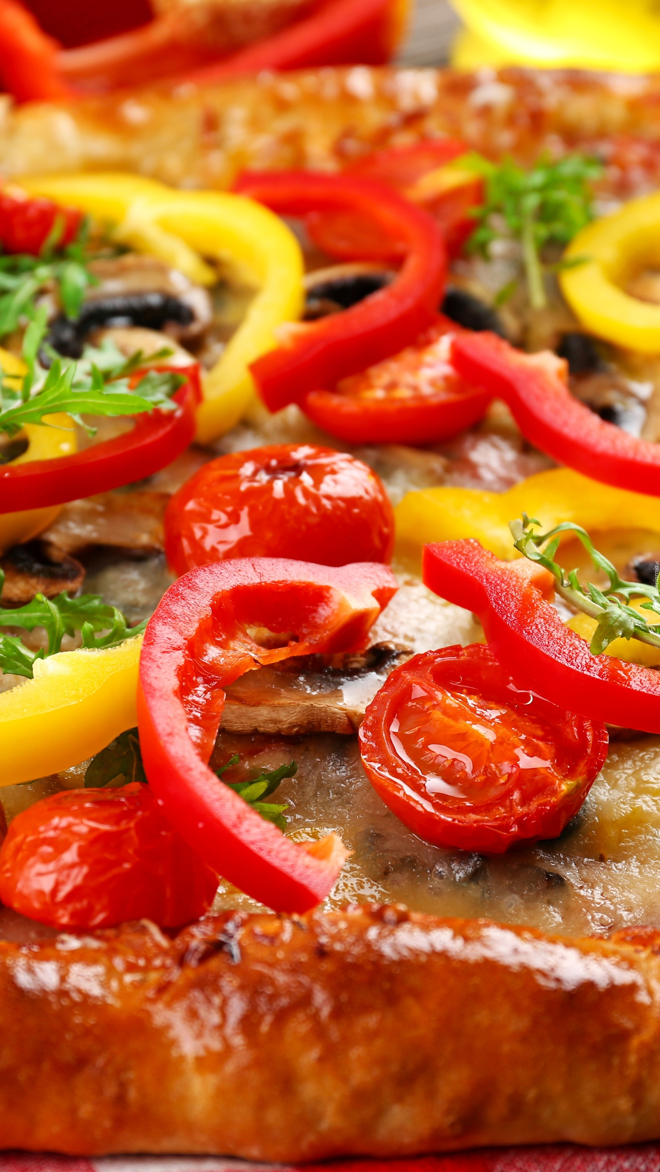 Czerwona i żółta papryka na pizzy