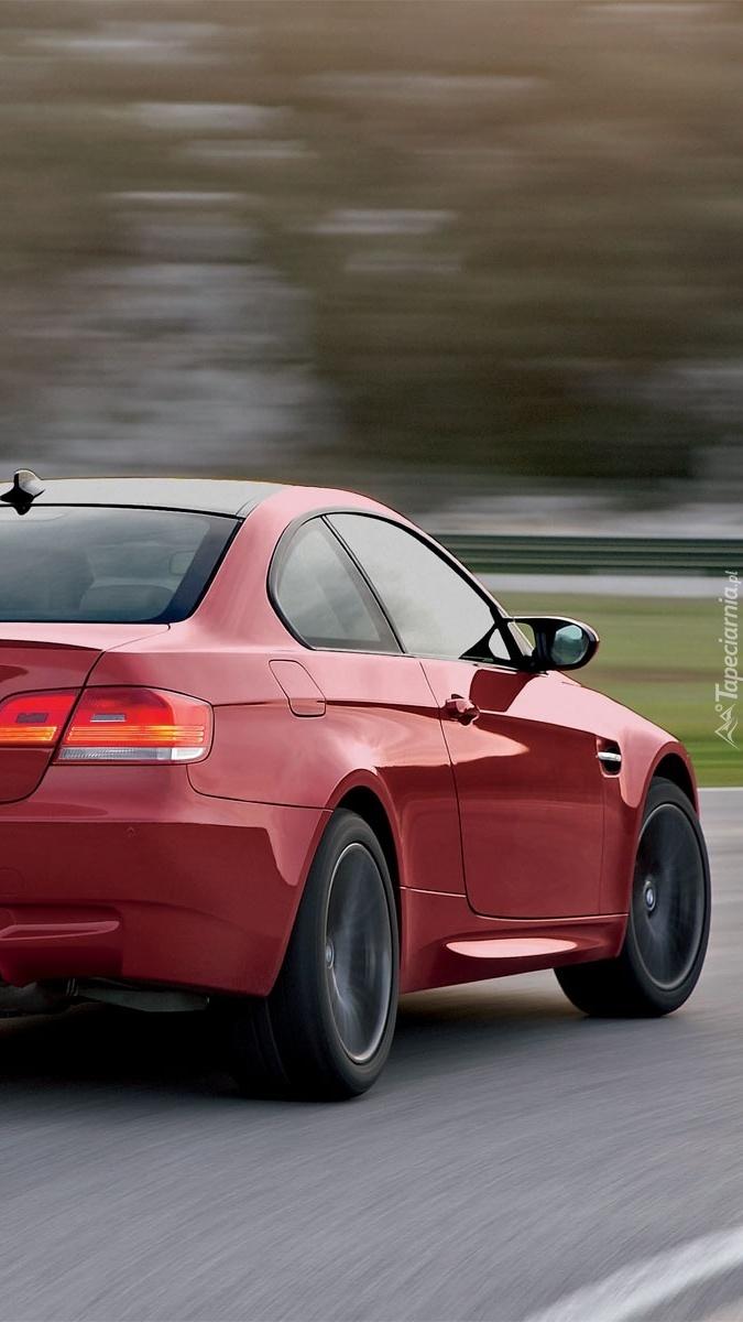 Czerwone BMW M3 na drodze