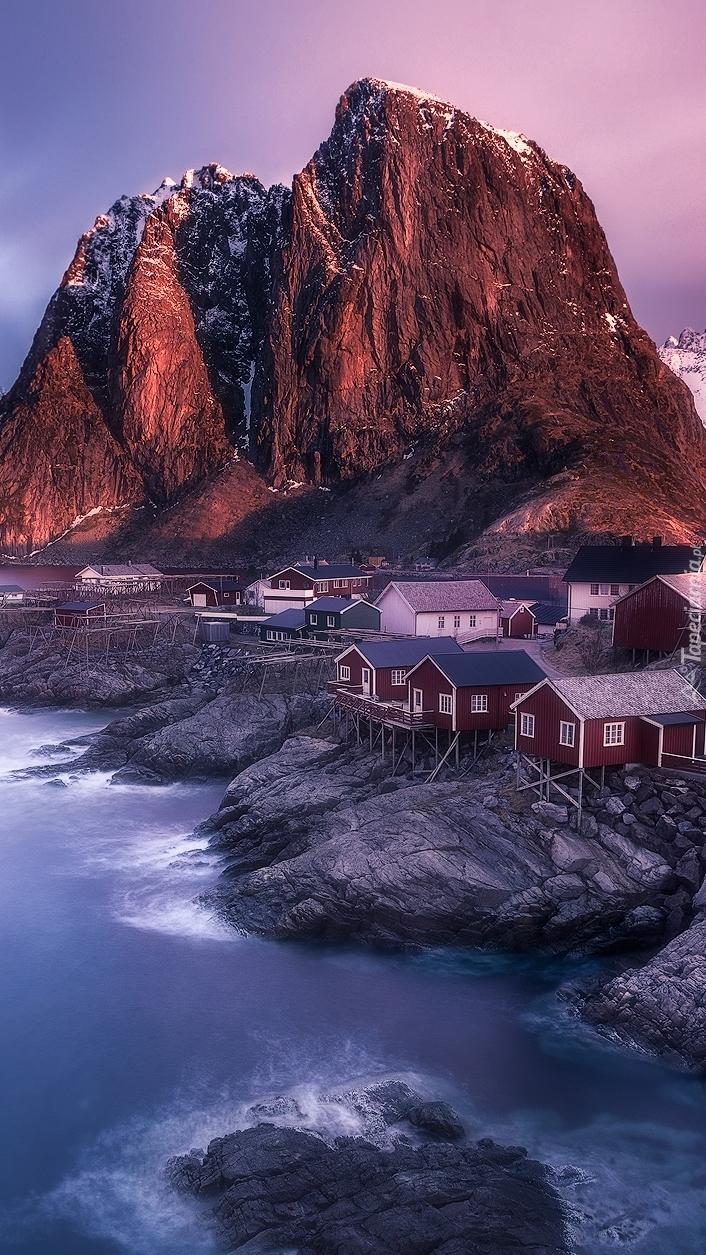 Czerwone domki na skałach