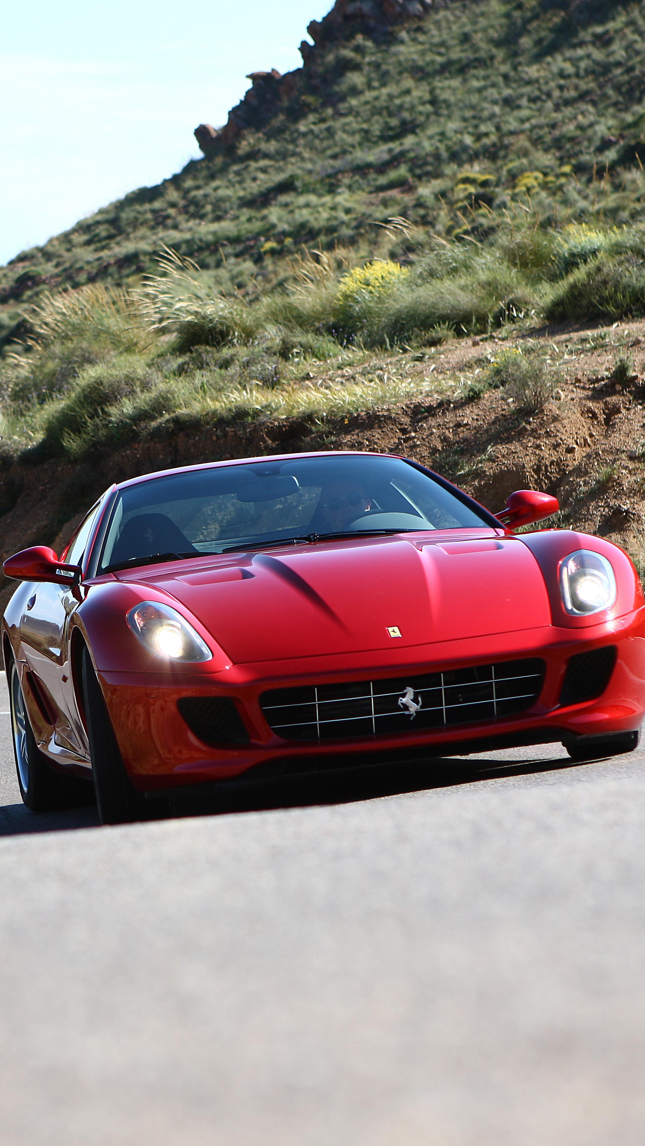 Czerwone Ferrari 599 na drodze