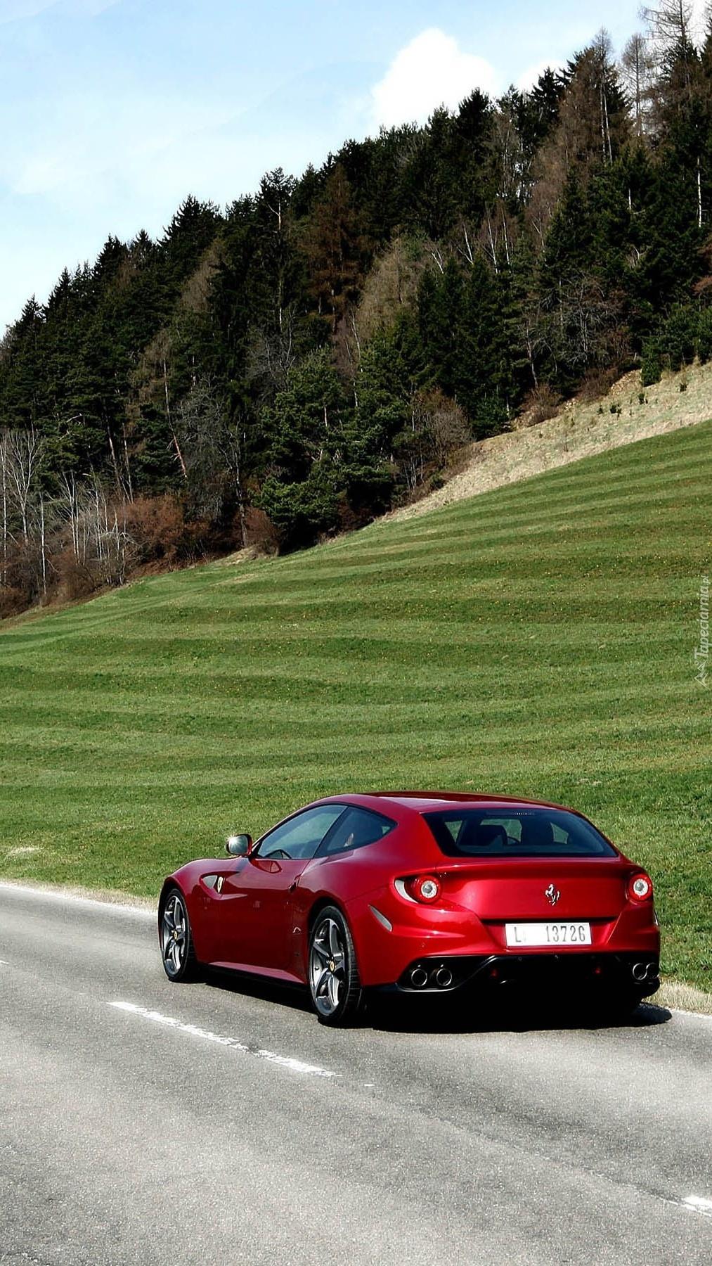 Czerwone Ferrari FF