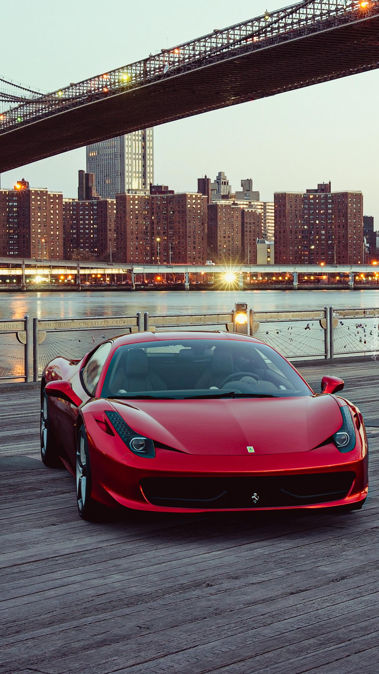 Czerwone Ferrari po mostem